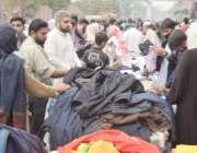 لاہور: موسم سرما کی آمد پر شہری لنڈا بازار میں گرم ملبوسات کی خریداری ..