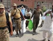 ملتان: پاک فوج کی نگرانی میں پولنگ کا سامان لیجایا جا رہا ہے۔