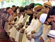 ملتان: شہری ماہ رمضان کے دوسرے جمعتہ المبارک کی ادائیگی کر رہے ہیں۔