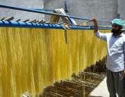 سیالکوٹ: عید الفطر کے پیش نظر تیار کی گئی سویاں خشک کرنے کے لیے دھوپ ..