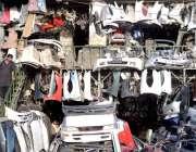 پشاور: ایک شخص سیکنڈ ہینڈ آٹو پارٹس خریدنے کے لیے دیکھ رہا ہے۔