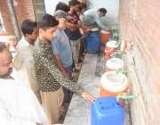 لاہور: شہری فلٹریشن پلانٹ سے پینے کا صاب پانی بھر رہے ہیں۔