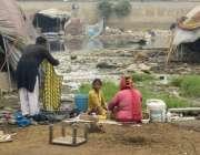 لاہور:کرول گھاٹی کے قریب خانہ بدوش کپڑے دھو رہے ہیں۔