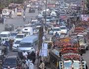 کراچی: تجاوزات کے خلاف آپریشن کے باعث شدید ٹریفک جام کا منظر۔