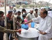 لاہور: شہری گرمی کی شدت کم کرنے کے لیے سڑک کنارے لگے سٹال سے شربت پی ..
