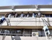 اسلام آباد: پی آئی ڈی ملازمین آگ لگنے کے باعث سیڑھی کے ذریعے نیچے اتر ..