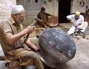 پشاور: ایک معمر محنت کش دیگ مرمت کرنے میں مصرو ف ہے۔