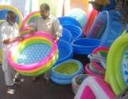 لاہور: شہری بچوں کے لیے پانی والا ٹب خرید رہا ہے۔