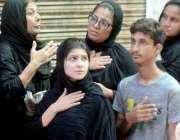 لاہور: ایک عزادار خاندان عاشورہ کے مرکزی جلوس میں شریک ہے۔