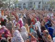لاہور: لیڈی ہیلتھ ورکرز اپنے مطالبات کے حق میں مال روڈ پر دھرنے کے دوران ..