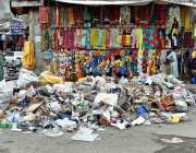 گلگت: خانہ بدوش شخص کچرے کے ڈھیر سے کارآمد اشیاء تلاش کر رہا ہے۔