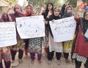 لاہور: شاہدرہ کی رہائشی خواتین پریس کلب کے باہر احتجاج کررہی ہیں۔