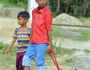 اسلام آباد: بچے پینے کے لیے پانی بوتلوں میں بھر کر لیجا رہے ہیں۔
