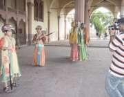 لاہور: شاہی قلعہ میں سیرو تفریح کے لیے آئے بچے شاہی لباس میں تصویریں ..