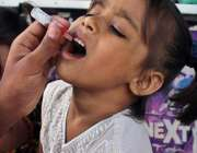 ملتا ن:انسداد ڈینگی مہم کے دوران ایک بچی کو پولیو کے قطرے پلائے جا رہے ..
