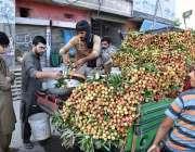 سیالکوٹ: شہری پھل فروش سے لیچی خرید رہے ہیں۔