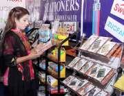 لاہور: ایکسپو سنٹر میں میگا پاکستان پیپر اینڈ سٹیشنری شو میں ایک خاتون ..