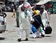 سرگودھا: عید اپنے پیاروں کے ساتھ منانے کے لیے ایک فیملی اپنا سامان اٹھائے ..