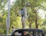لاہور: مال روڈ پر کیمروں کو ٹھیک کیا جار ہاہے۔