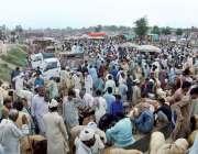 چنیوٹ: مویشی منڈی میں خریداری کے لیے آئے شہریوں کے رش کا منظر۔