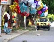 اسلام آباد: محنت کش مختلف اقسام کے بیلون فروخت کے لیے سڑک کنارے سٹال ..