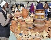 اسلام آباد: دکاندر نے فروخت کے لیے مٹی کی بنی ہوئی مختلف اشیاء سجا رکھی ..