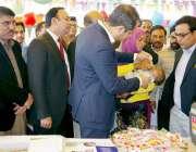 لاہور: ڈپٹی کمشنر لاہور سمیر احمد سید بند روڈ پر فضل کالونی میں بچوں ..