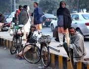 لاہور: مزدور کام نہ ہونے کے باعث پریشان بیٹھے ہیں۔