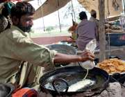 ملتان: ایک حلوائی روایتی انداز سے جلیبیاں تیار کر رہا ہے۔