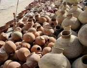 اسلام آباد: دکاندار گاہکوں کو متوجہ کرنے کے لیے مختلف اشیاء سجا رہا ..