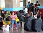 راولپنڈی: عید اپنے پیاروں کے ساتھ منانے کے لیے مسافروں کی بڑی تعداد ..
