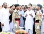 لاہور: سینئر صوبائی وزیر عبدالعلیم خان مناواں میں یاداگا شہداء پر پھول ..
