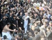 لاہور: عاشورہ کے مرکزی جلوس میں ایک عزادار زنجیر زنی کر رہا ہے۔