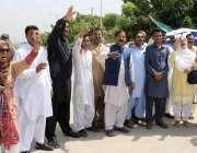 اسلام آباد: مسلم لیگ (ن) کے کارکن قائد کی پیشی کے موقع پر نعرے بازی کر ..