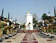 سرگودھا: یوم شہداء پاکستان کے موقع پر پاک فوج کا دستہ سلامی پیش کر رہا ..
