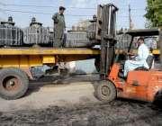 راولپنڈی: واپڈا دفتر کے باہر گرمی کے باعث خراب ہونے والے ٹرانسفارمر ..