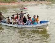 لاہور: گلشن اقبال پارک میں شہری کشتی رانی کی سیر سے لطف اندوز ہو رہے ..