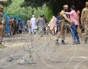 لاہور: پاک فوج کا جوان پولنگ کا سامان لینے کے لیے آنیوالے پریزائیڈنگ ..