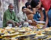 لاہور: مخیر حضرات کی جانب سے مستحقین کے لیے افطاری کا انتظام کیا جارہا ..