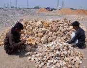 حیدر آباد: مزدور روڑی کوٹنے میں مصرو ف ہیں۔