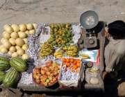 راولپنڈی: ریڑھی بان پھیری لگا کر تازہ فروٹ فروخت کر رہا ہے۔