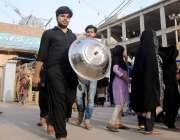 حیدر آباد: محرم الحرام کی مناسبت سے عزاء دار قدم گاہ پر خریداری کر رہے ..