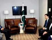 لندن: وزیراعظم شاہد خاقان عباسی ایک اجلاس میں شریک ہیں۔