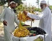 اسلام آباد: ایک بزرگ شہری کھجوریں خرید رہا ہے۔