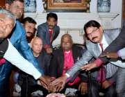 لاہور: گورنرپنجاب چوہدری محمد سرور کونسل آف بشپ اینڈ ہیڈز آف نیشنل ..