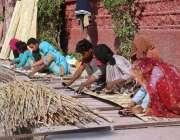 حیدر آباد: مزدور ریڈیو پاکستان روڈ پر روایتی انداز سے چکیں بنا رہے ہیں۔