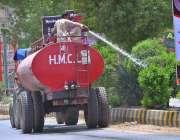 حیدر آباد: سی ڈی کے اہلکار گرین بیلٹ پر لگے پودوں کو پانی دے رہے ہیں۔