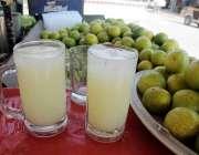 اسلام آباد: محنت کش نے گاہکوں کو متوجکہ کرنے کے لیے مشروب سجا رکھا ہے۔