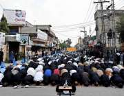 راولپنڈی: عاشورہ کے مرکزی جلوس کے دوران اصغر مال روڈ پر نماز جمعہ ادا ..