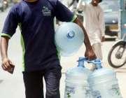 کراچی: ایک شہری پینے کے لیے صاف پانی بھرنے کے لیے خالی کین اٹھائے جا ..